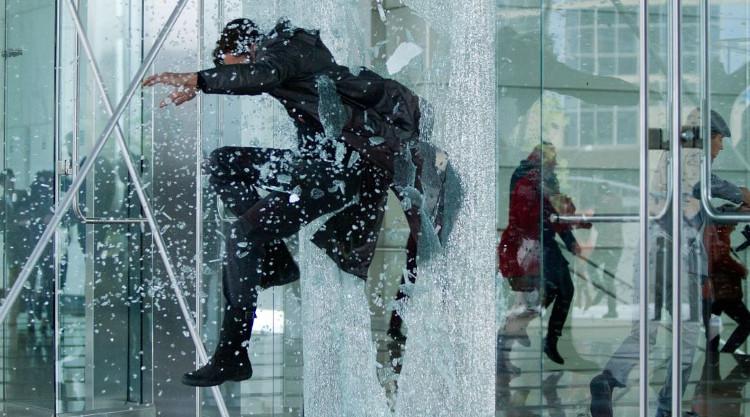 Nhân vật trong phim nhảy qua cửa kính mà không hề hấn gì.