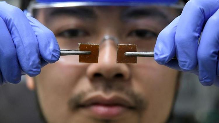 Nhà khoa học Yu Yanagisawa thí nghiệm ghép hai mảnh thủy tinh tự liền.