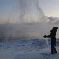Video: Nước sôi đóng băng khi hất lên cao dưới trời âm độ