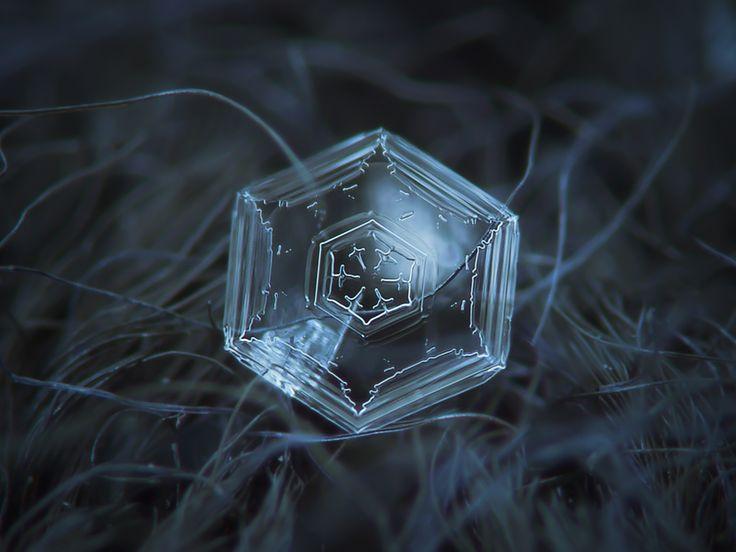 Ban đầu, một bông tuyết sẽ có hình dạng lục giác phẳng