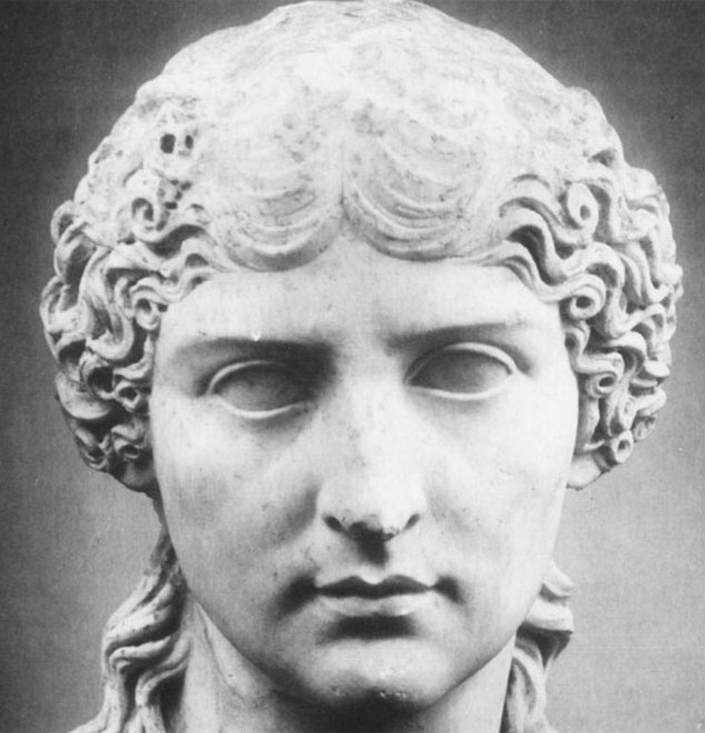 Bức tượng điêu khắc hoàng hậu Julia Agrippina.