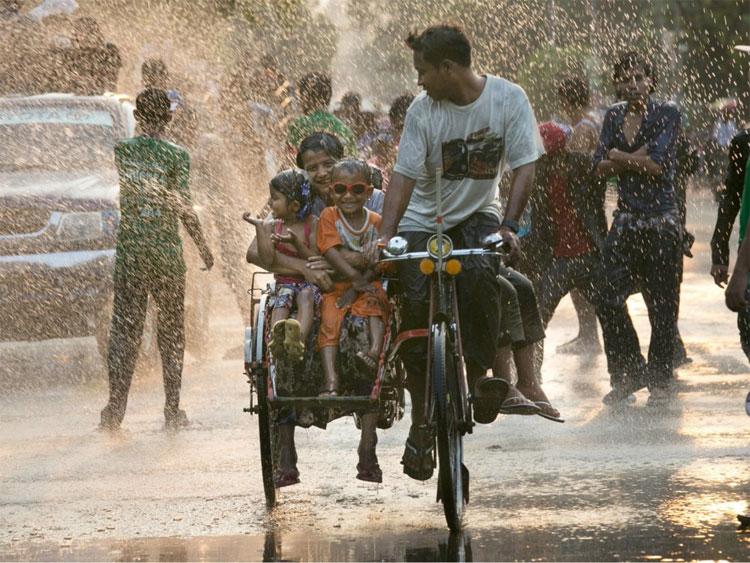 Người dân Myanmar đón năm mới bằng lễ hội nước Thingyan