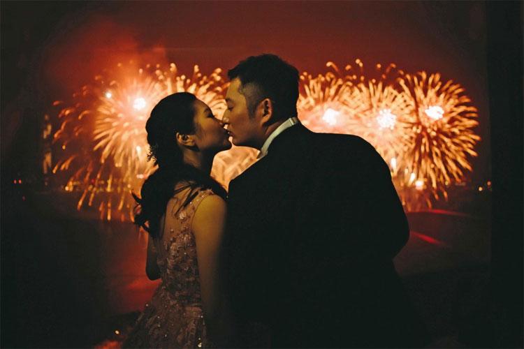 Ở Mỹ và Canada, vào đêm giao thừa, mọi người sẽ chia sẻ nụ hôn với mọi người