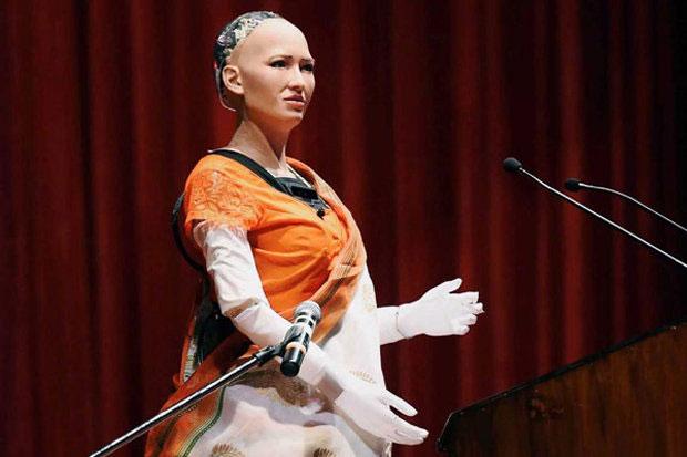 Sophia phát biểu tại một hội nghị công nghệ ở Ấn Độ.
