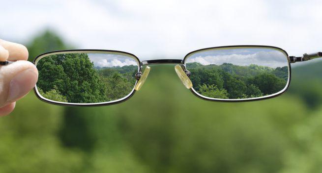 Một chiếc kính mắt giúp điều chỉnh lại tiêu cự là đủ để giải quyết vấn đề.