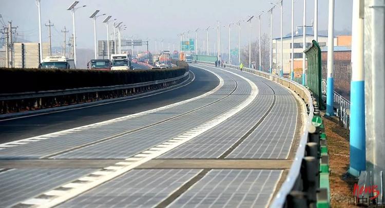 Đường cao tốc năng lượng mặt trời ở Trung Quốc.