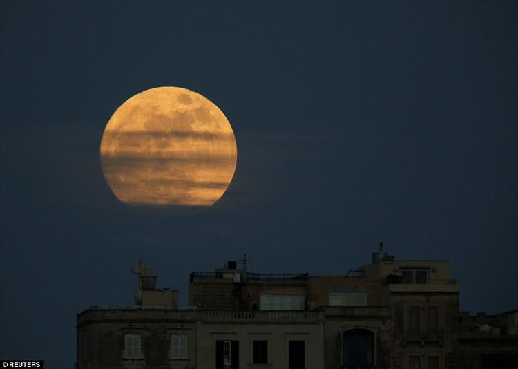 Siêu trăng xuất hiện ở Pieta, Malta ngày 1/1/2018.