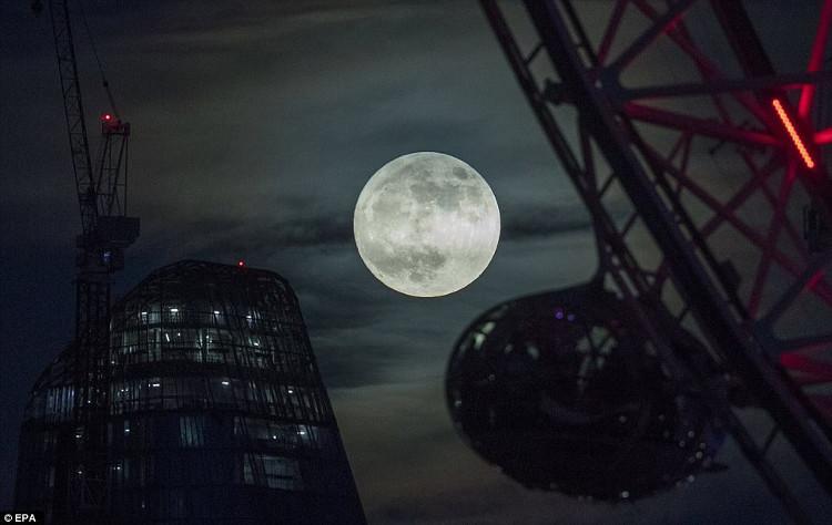 Siêu trăng đạt đỉnh đêm 1/1, rạng sáng 2/1/2018 được coi là siêu trăng lớn và sáng nhất năm.