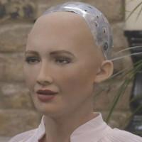 """Từng muốn hủy diệt nhân loại, nay robot Sophia nói """"yêu con người"""""""