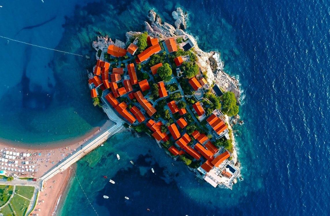 Những tòa nhà mái ngói đỏ tại khách sạn đảo 5 sao Sveti Stefan, Montenegro.