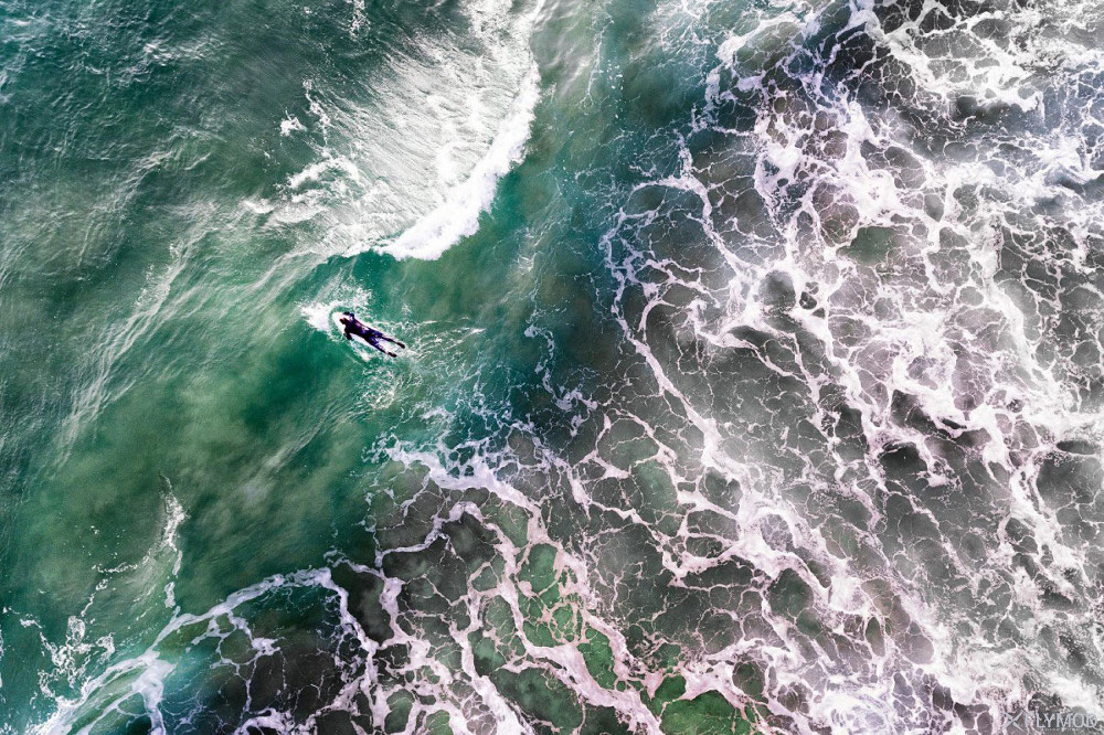 Người lưới ván vượt qua những sóng hung dữ ở Bồ Đào Nha.