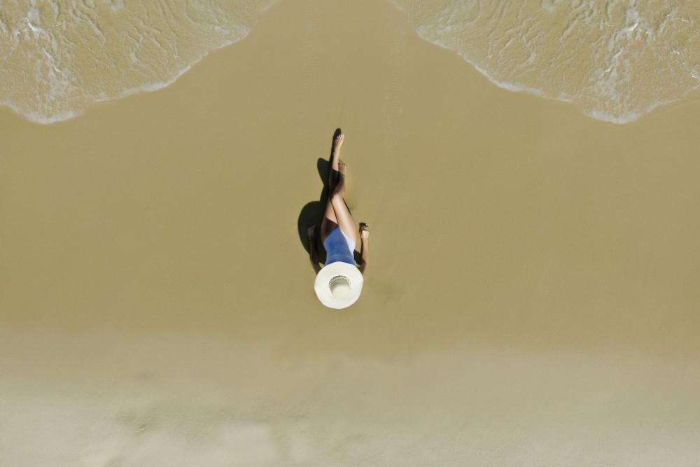 Người phụ nữ tắm nắng trên bãi biển ở Rio De Janeiro, Brazil.