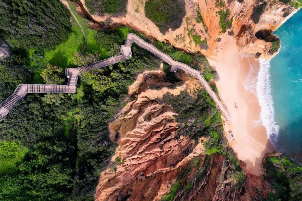 Lối cầu thang dài dẫn tới một trong những bãi biển đẹp nhất ở Algarve, Bồ Đào Nha.