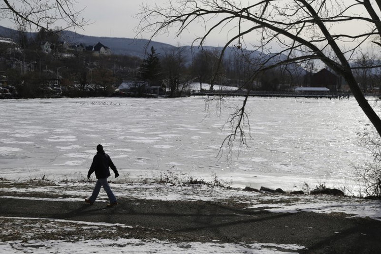 Người dân đi bộ dọc bờ sông Hudson ở Beacon, New York.