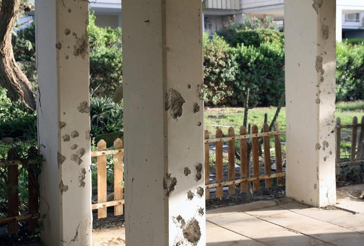 Những chiếc cột bị mảnh vụn văng trúng, thủng lỗ chỗ.