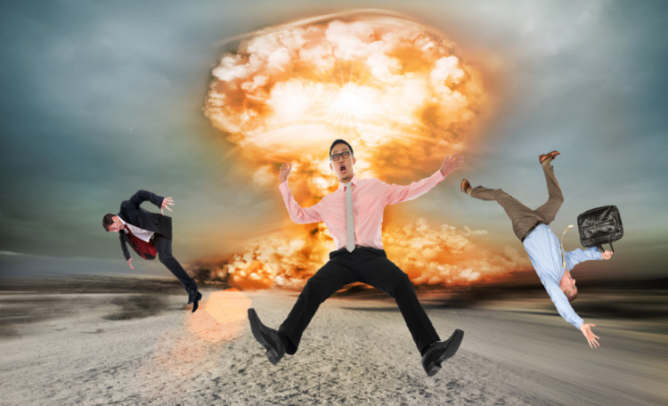 Một vụ nổ chắc chắn là cực kỳ nguy hiểm, nên sẽ không có chuyện bạn bình an bước đi như trong phim đâu.