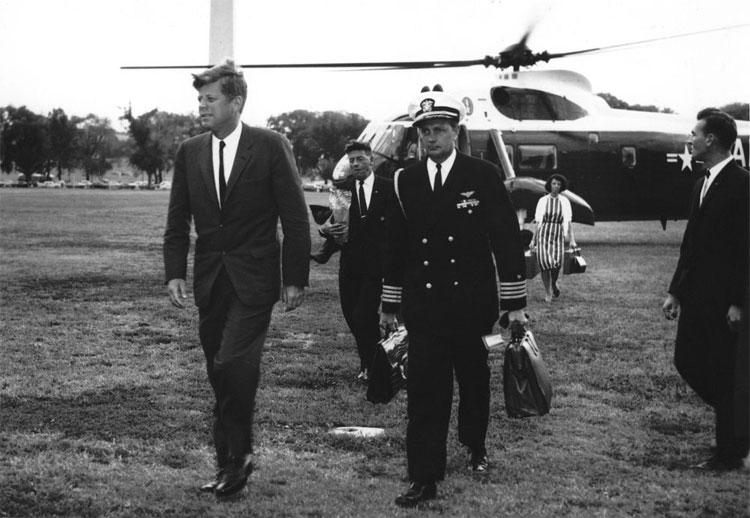 Chiếc cặp hạt nhân đầu tiên xuất hiện dưới thời Tổng thống Mỹ John Kennedy.