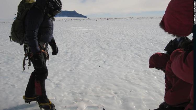 Họ cẩn trọng dò tìm những vết nứt trên băng để đề phòng những cú sụp hố chết người.