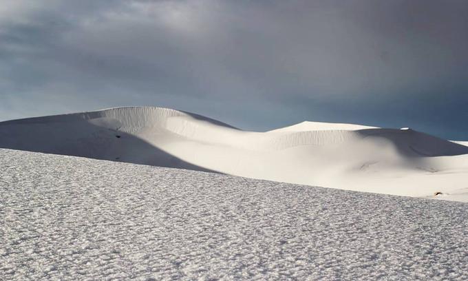Ở một số khu vực, tuyết rơi phủ kín nền cát khiến nhiều người không thể nhận ra đây là sa mạc Sahara nổi tiếng.