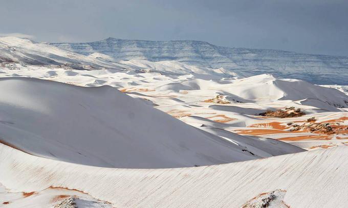 Hiện tượng thời tiết bất thường tạo nên khung cảnh thiên nhiên kỳ vĩ trên sa mạc Sahara.
