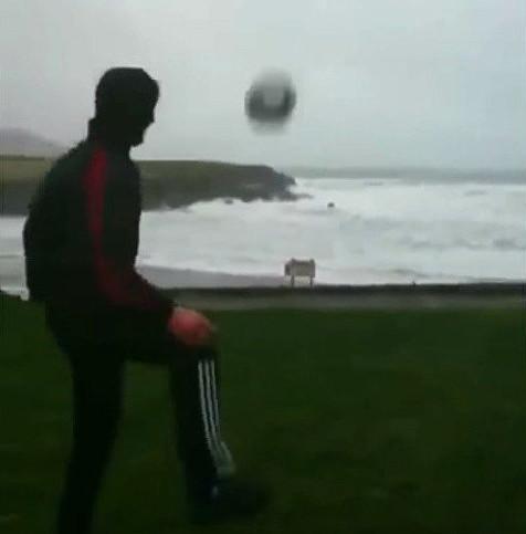 O'Connor đá bóng vào bão ở Vịnh St Finans, Hạt Kerry, nước Anh.