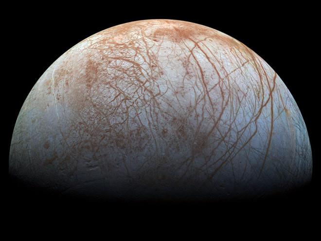 Một nửa Mặt trăng băng Europa của sao Mộc được chụp bởi tàu vũ trụ Galileo