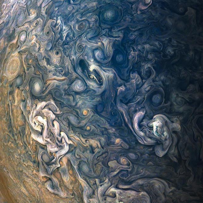 Các nhà khoa học đang cố tìm hiểu xem những vòng xoáy mây ở vùng địa cực của hành tinh khí gas khổng lồ này là gì.