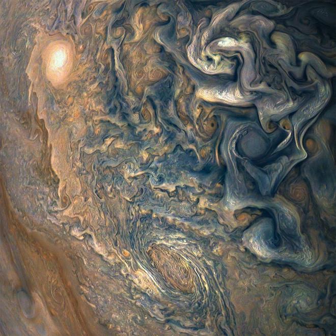 Một vài cơn bão trên sao Mộc thậm chí còn lớn hơn đường kính của Trái đất.