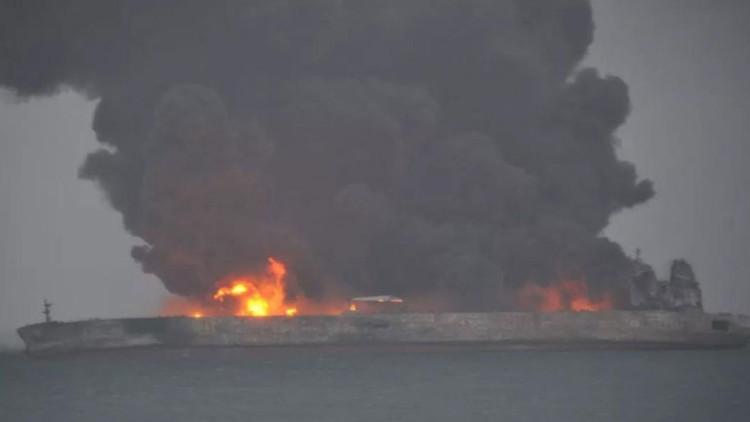 Tàu bốc cháy ngùn ngụt sau va chạm.