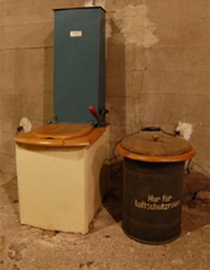 Nhà vệ sinh sử dụng đất khô.