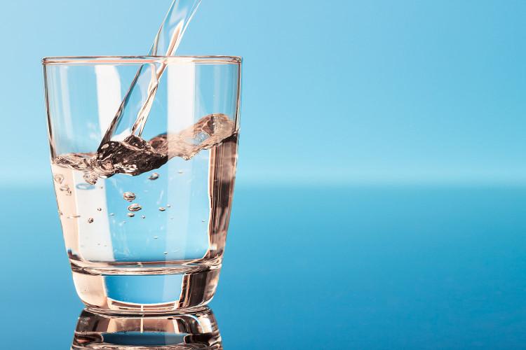Uống nhiều nước sẽ khiến dạ dày nạp được ít thức ăn hơn.