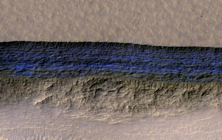 Màu xanh đen của lớp băng ẩn dưới bề mặt hành tinh đỏ.