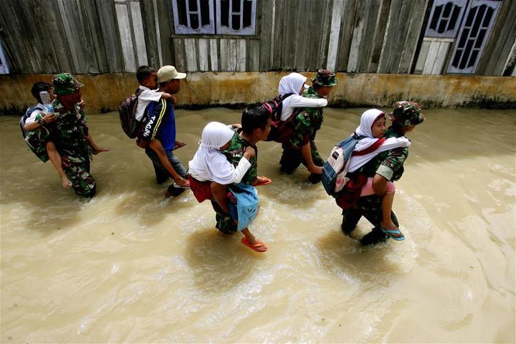 Cảnh ngập lụt sau những trận mưa lớn tại North Sumatera, Indonesia, ngày 5/12/2017.