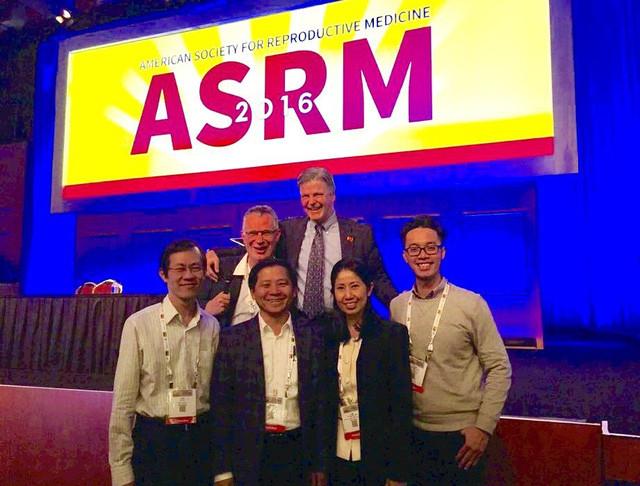 Các thành viên chính của nhóm nghiên cứu tại Hội nghị thường niên Hội Y học Sinh sản Hoa kỳ cuối năm 2016