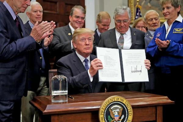 Tổng thống Donald Trump trong buổi lễ ký sắc lệnh đưa Mỹ trở lại mặt trăng
