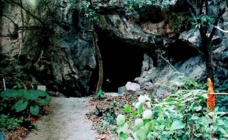 Hang Dê (Hang Ma), nơi có ngôi mộ cổ.