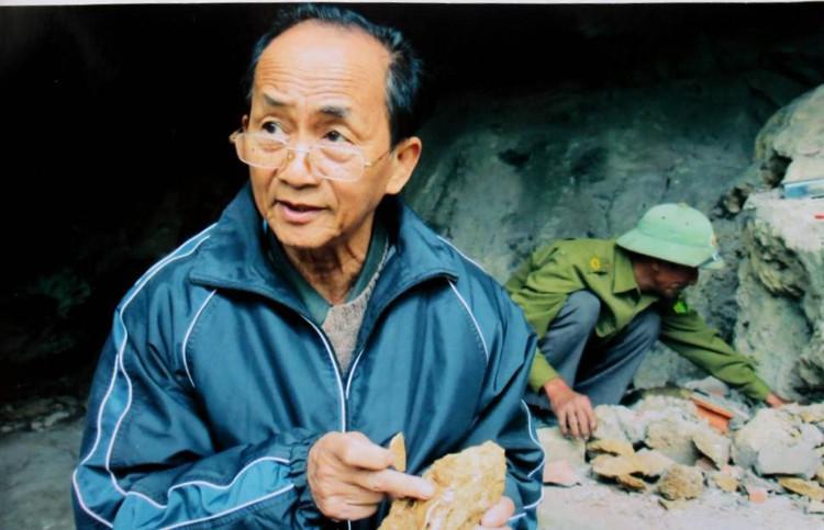 PGS.TS. Nguyễn Lân Cường với mảnh xương đã hoá thạch.