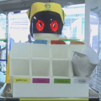 """Video: Đội ngũ """"y tá robot"""" phục vụ ở bệnh viện Thái Lan"""