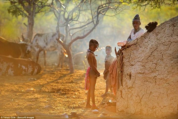 Chỉ có một số chàng trai trẻ mặc áo thun, còn lại, đa số đàn ông Himba cởi trần.