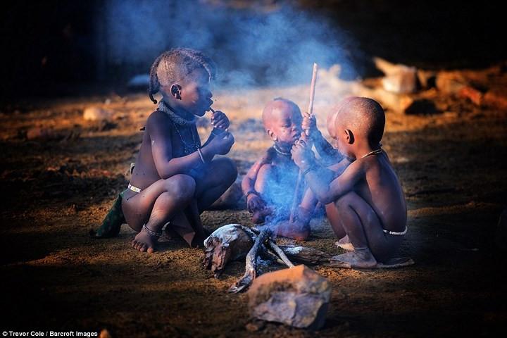 Phụ nữ Himba có trách nhiệm chăm sóc trẻ em