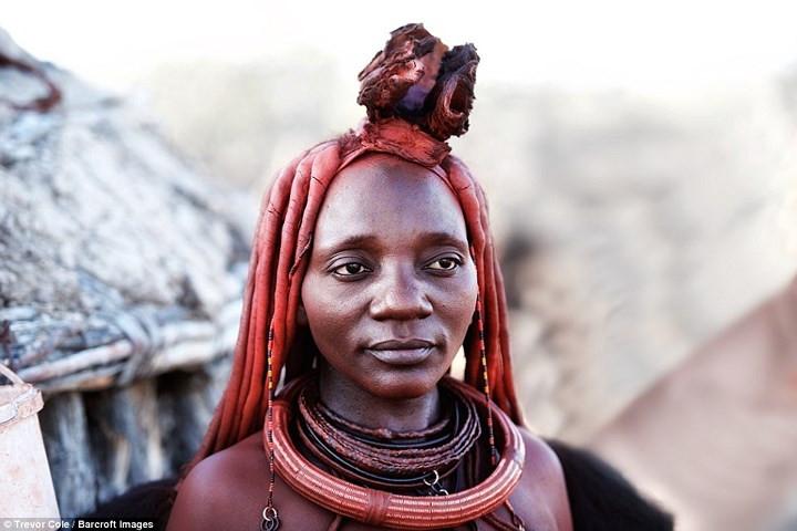 Phụ nữ Himba không tắm, thay vào đó, họ làm sạch cơ thể với cây thơm và các loại nhựa cây.