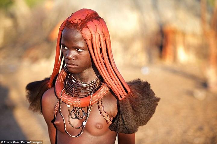 Các cô gái Himba sẽ bện tóc thành nhiều bím và bôi hỗn hợp gồm đất sét và đất son đỏ lên đầu.