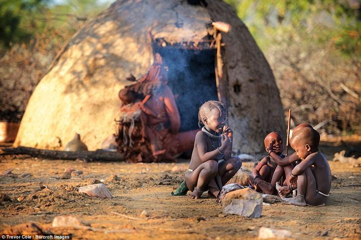 Bộ lạc Himba được chính phủ Namibia bảo bảo vệ nghiêm ngặt để cuộc sống của họ không bị ảnh hưởng