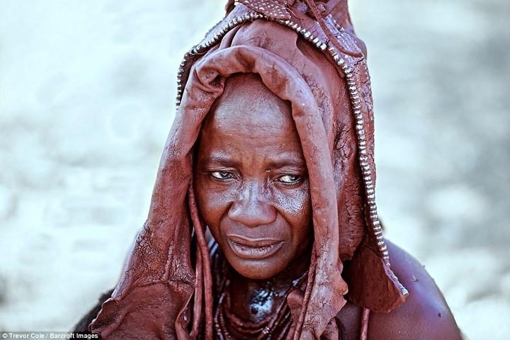 Để chống chọi với khí hậu khắc nghiệt của vùng đất miền Nam châu Phi mà không mặc áo