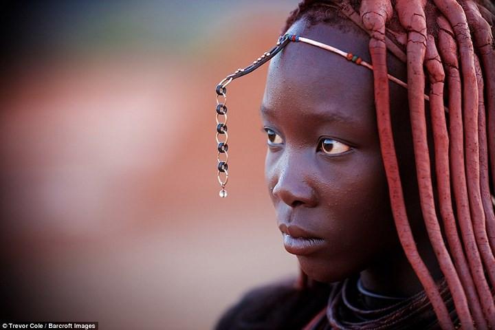Phụ nữ Himba tin rằng màu đỏ là đẹp và tượng trưng cho trái đất và máu.