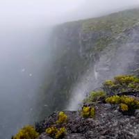Video: Thác nước chảy ngược lên trời trên đảo Reunion
