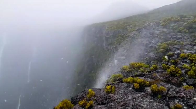 Hạt nước nhỏ của dòng thác liên tục bị thổi bay lên phía đỉnh núi.