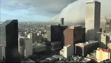 Đám mây hiếm gặp và có hình dạng đặc biệt tạo nên khung cảnh ấn tượng trên bầu trời thành phố.