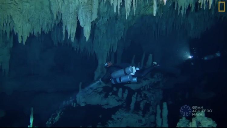 Một thợ lặn thám hiểm trong hang.