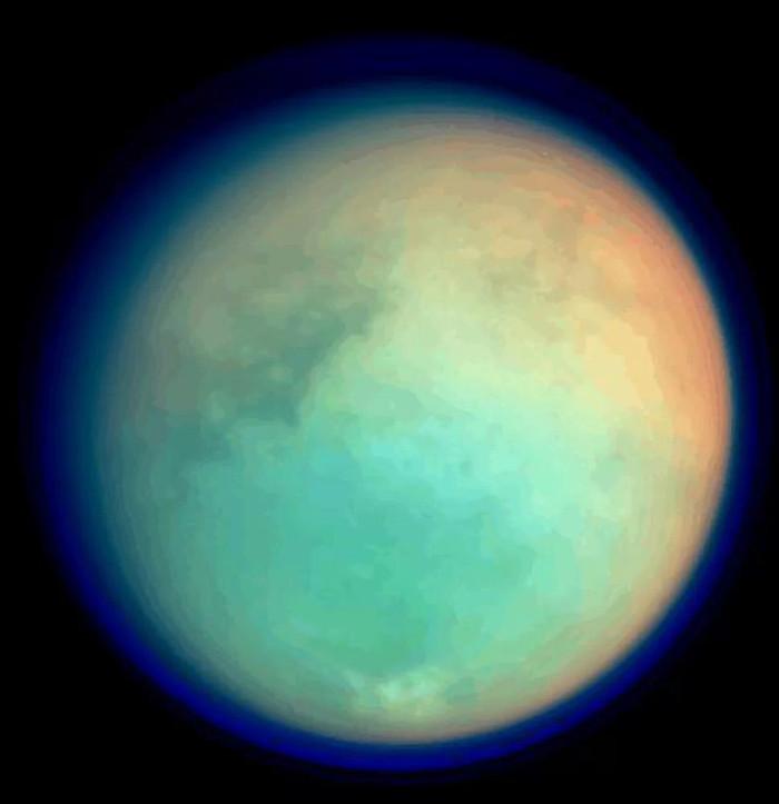 Mặt trăng Titan lấp lánh nhiều màu sắc